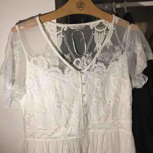 Underbar vit klänning med massa fina detaljer. 🐚