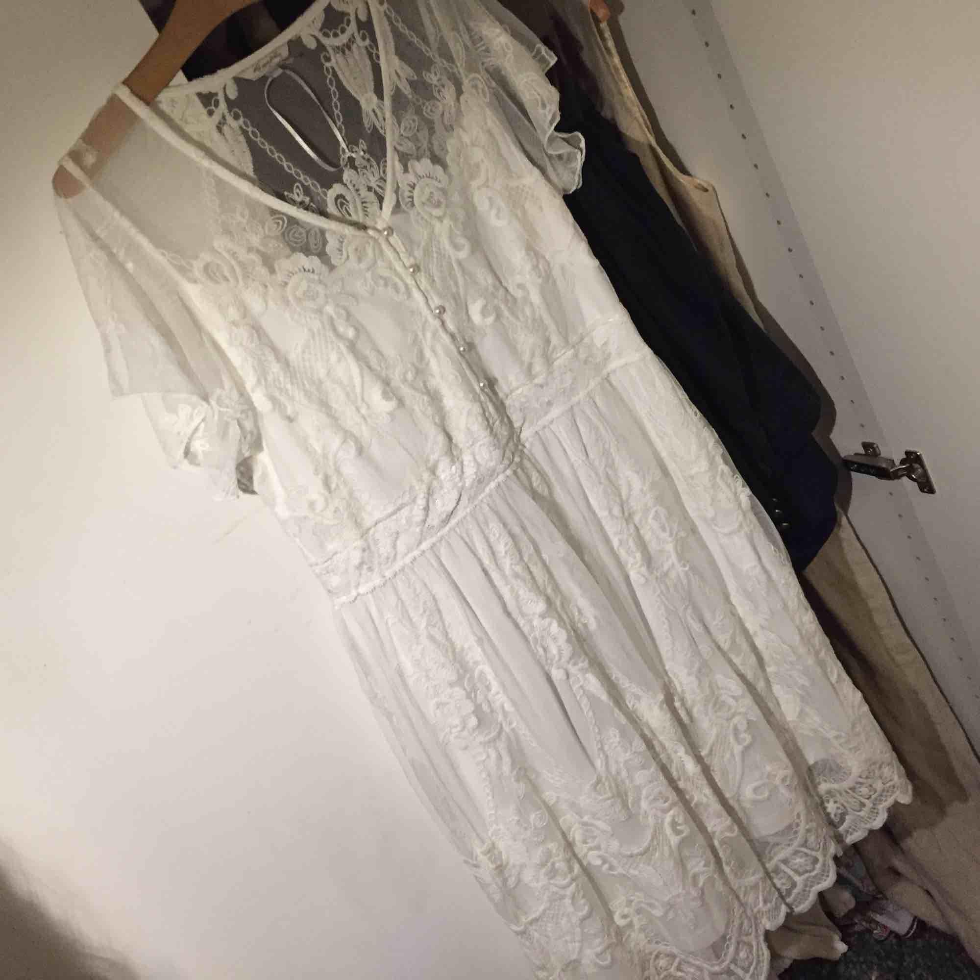 Underbar vit klänning med massa fina detaljer. 🐚. Klänningar.
