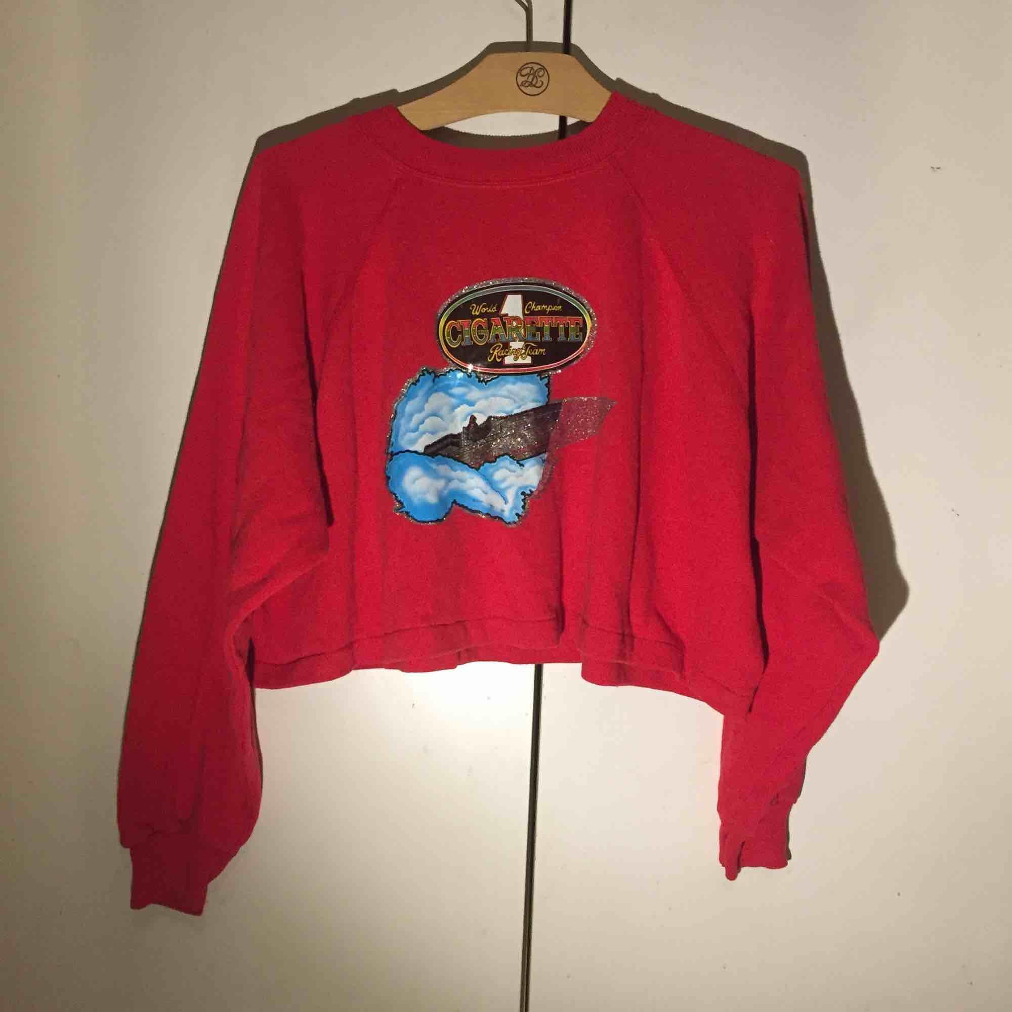 Croppad tröja från en secondhand i london 🚬. Huvtröjor & Träningströjor.