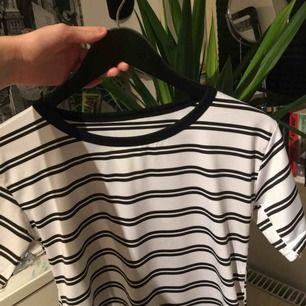 randig tshirt som är köpt här på plick. den är i sportmaterial, vilket inte var vad jag förväntade mig så säljer därför vidare. frakt 18kr