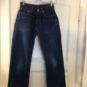 SUPERSNYGGA Levis 501. Detta är ett par trendiga, mörka, straight leg jeans som tyvärr inte passar mig så jag hoppas att någon annan kan få användning av de.