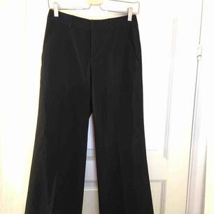 Fräscha, svarta wide leg kostymbyxor. Supersnygga och ger ett riktig vintage/retro inslag till varje outfit!  Frakt - 35kr