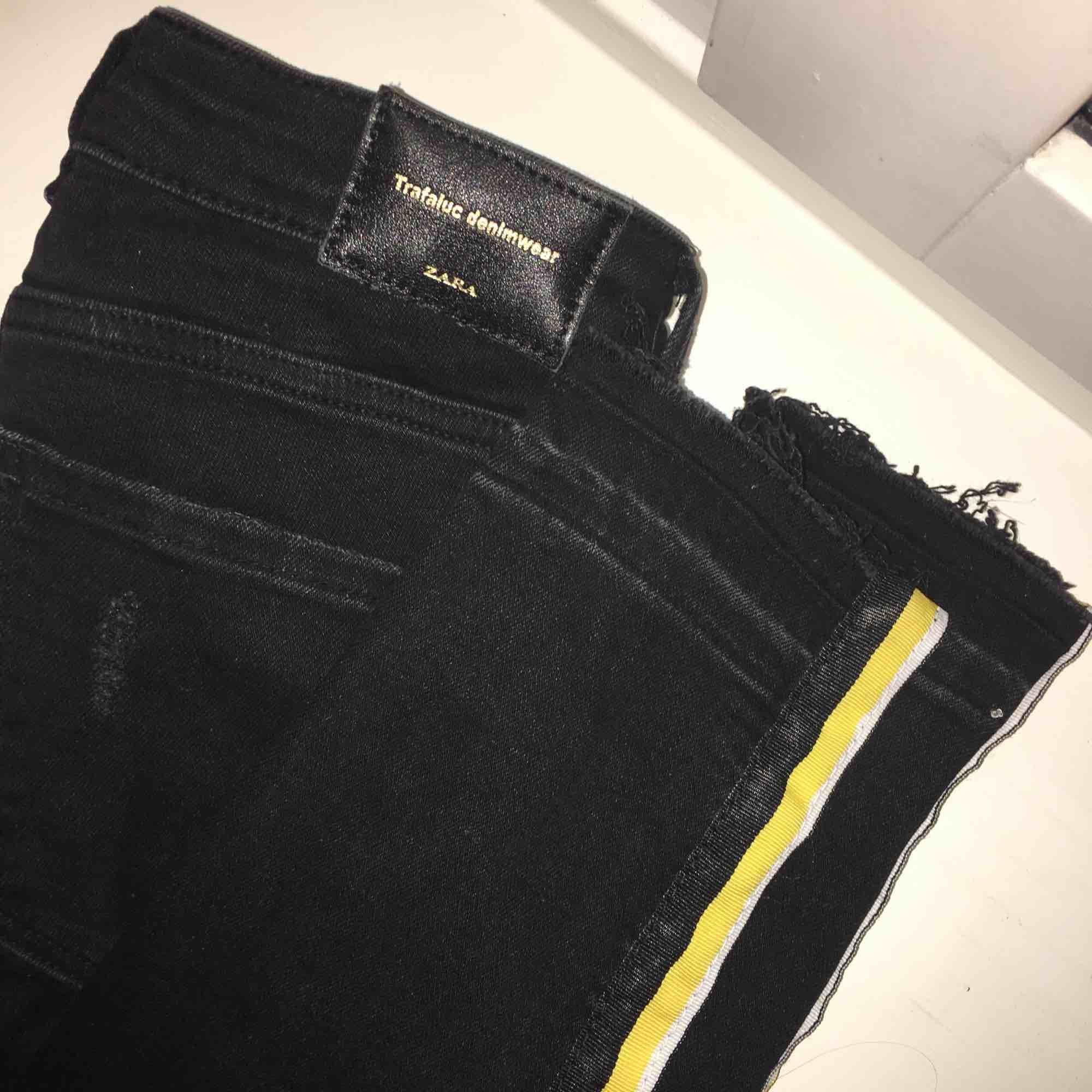 Svarta slim jeans med en gulvit - Zara Jeans   Byxor - Second Hand b09ad1e19016e
