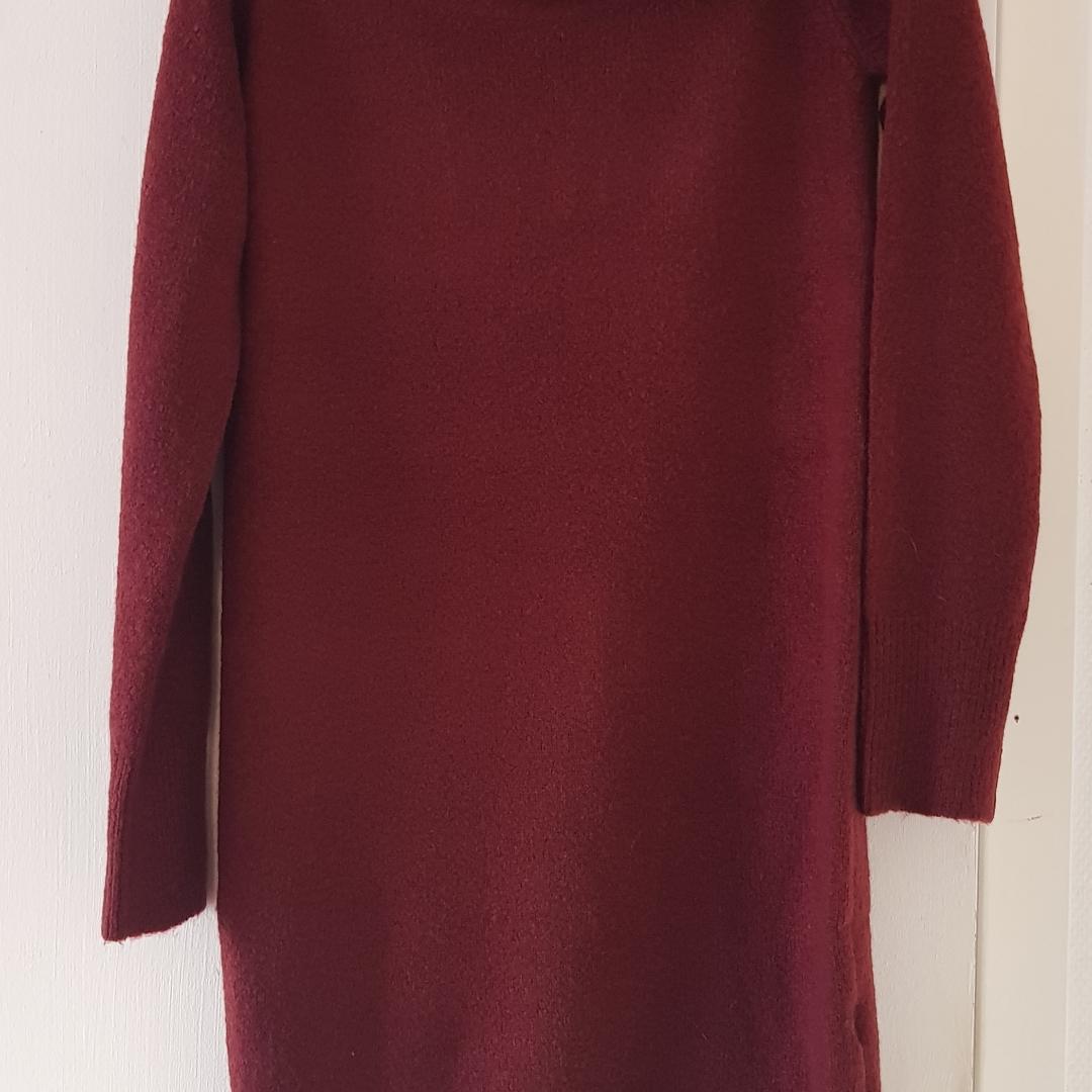 Vinröd stickad klänning med kragen som ska sitta på axlarna använd endast 1gg storlek S/M Köparen står för frakten Endast Swich betalning eller kontant betalning . Klänningar.