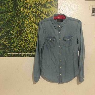 Använd (men i bra skick) jeansskjorta köpt på Carlings för många år sedan. Fastnade i ett dörrhandtag en gång och därav lagningen på bild två.