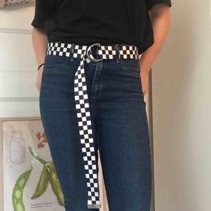 Säljer dessa stretchiga & bekväma jeans!! Använda men i gott skick💛Skicka gärna en fråga om det är något du undrar över.