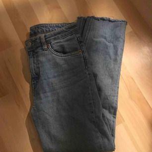 Ankellånga jeans från weekday i superbra skick.  Lite för korta på mig som är 170 cm