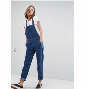 Hängselbyxor i jeans från asos, storlek uk 12. Skulle säga 38!