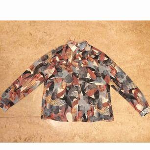 En Whyred skjorta/blus i lite halvtransparent mönstrat tyg. I bra skick förutom saknar 2 knappar och har gått upp en söm längst ner på ena armen. Stolen 36 men passar en 38 också!