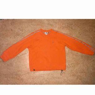 Vintage Adidas-tröja i bra skick. Har en fläck på magen men borde gå bort i tvätt. Storlek M/L