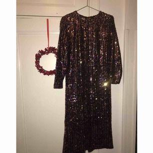 Vadlång party klänning från Zara. Slits på baksidan, med en elegant och kaxig känsla. Varma toner på paljetterna som rose guld, petroleum, silver och guld.