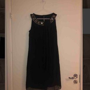 Svart klänning från Billie & Blossom. Storlek 8 uk vilket motsvarar XS. Tar bud.
