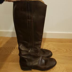 Acne riffle boots mörkbruna.