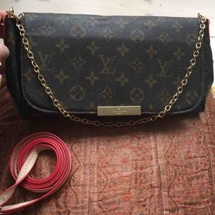 Louis Vuitton Favorite MM kopia. Lite små repor på spännet fram, annars i fint skick.