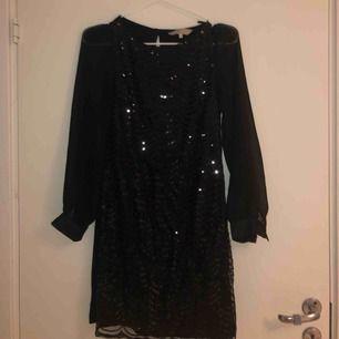 Svart klänning med paljetter från Billie & Blossom. Storlek 6 uk vilket motsvarar XS. Tar bud.