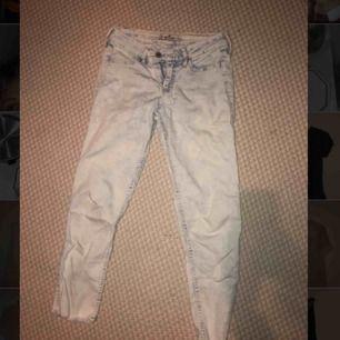 Ljusblå jeans från Hollister, lite kortare i benen. Storlek 0, W24. Tar bud.