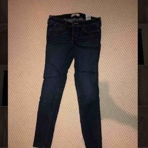 Mörkblå jeans från Hollister i tight modell. W25, L29. Tar bud.