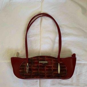Vinröd unik cool handväska i superbra skick. Frakt tillkommer 💫💫💫