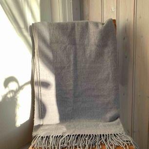 Grå halsduk med fransar i nyskick, aldrig använd. Frakt tillkommer 💫