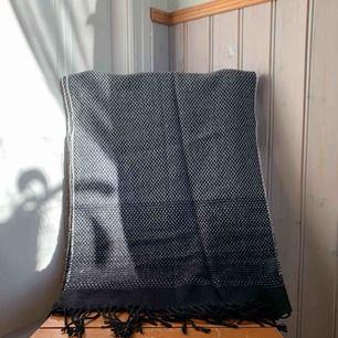 Svartvit mönstrad halsduk med fransar. Nyskick, aldrig använd. Frakt tillkommer 💫