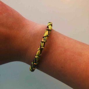 Handgjort armband i färgerna grön, gul och lila! Passar på de flesta handleder utan problem. Den är inte begagnad utan är nygjord av mig!❤️🍒❤️