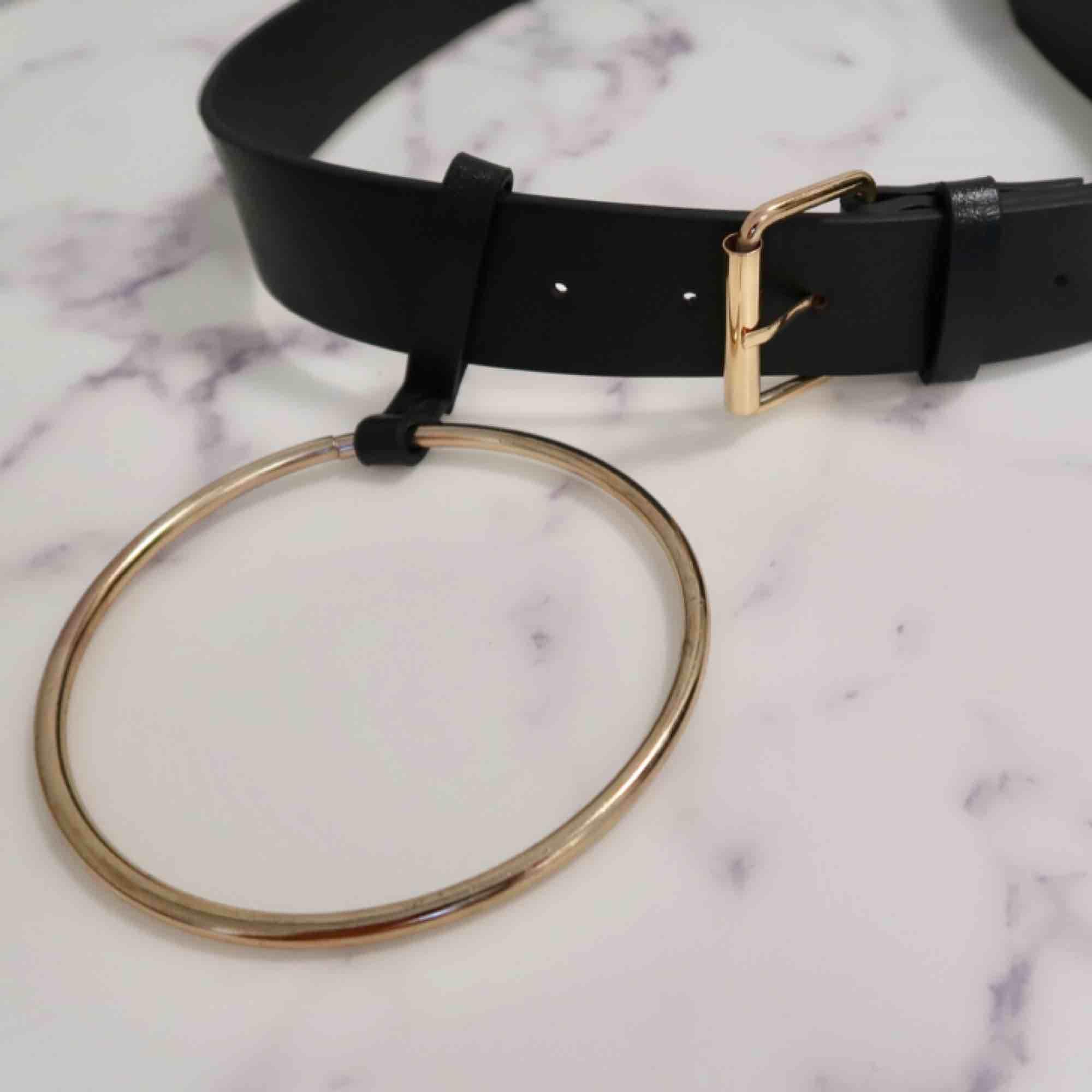 Coolt skärp/bälte med stor ring detalj!. Accessoarer.