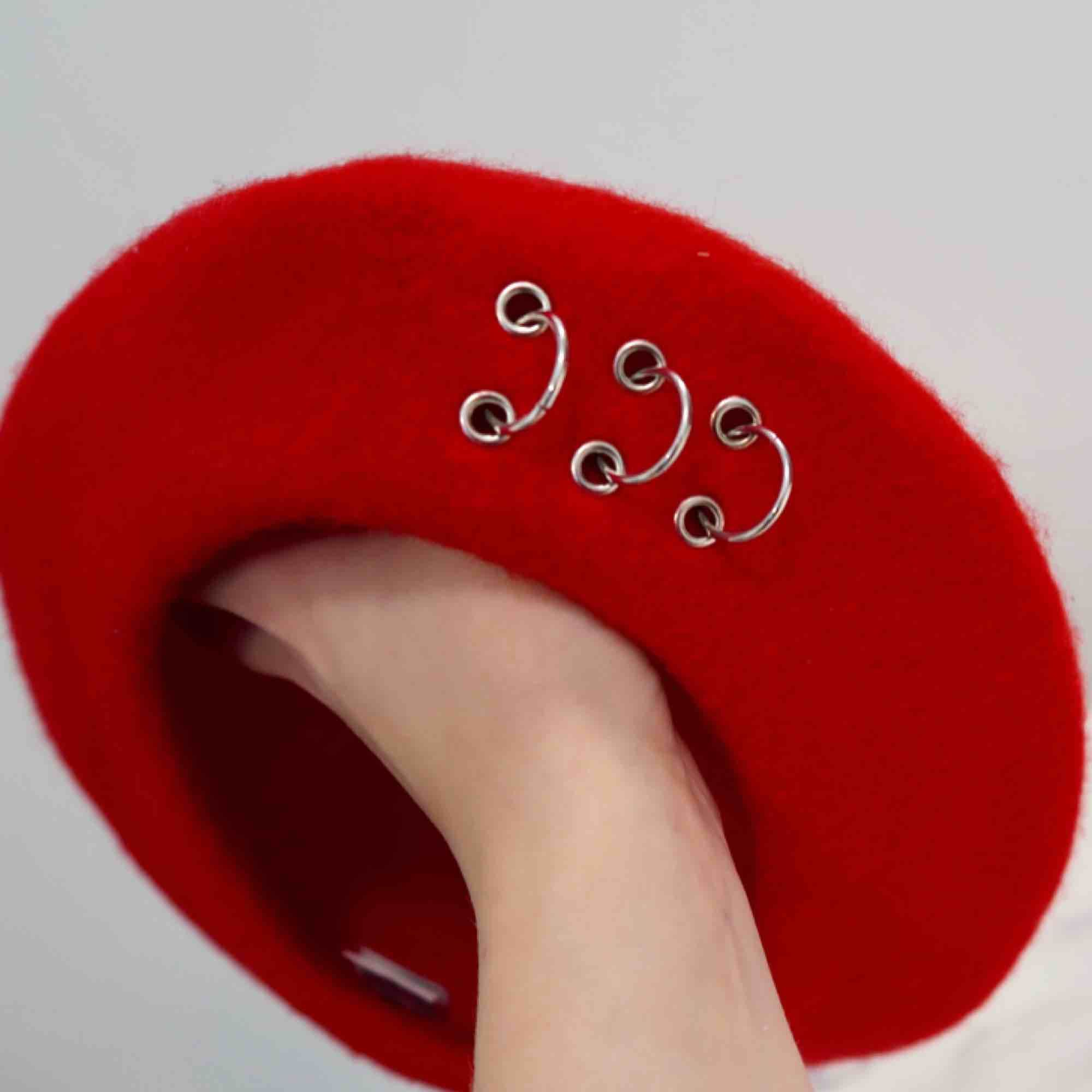 Cool röd basker med ring detaljer fram till. . Accessoarer.