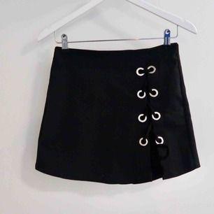 Snygg kjol-shorts med ring detaljer! (Ser ut som en kjol fram ifrån men är i själva verket ett par shorts) se bild 2 och 3!!!
