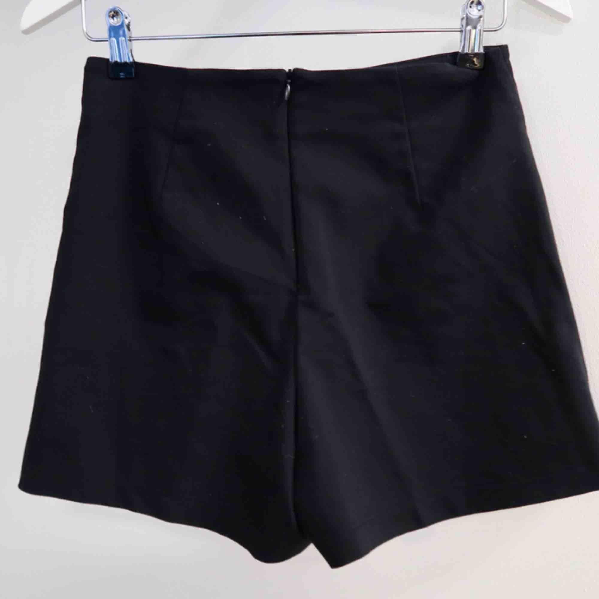 Snygg kjol-shorts med ring detaljer! (Ser ut som en kjol fram ifrån men är i själva verket ett par shorts) se bild 2 och 3!!! . Kjolar.