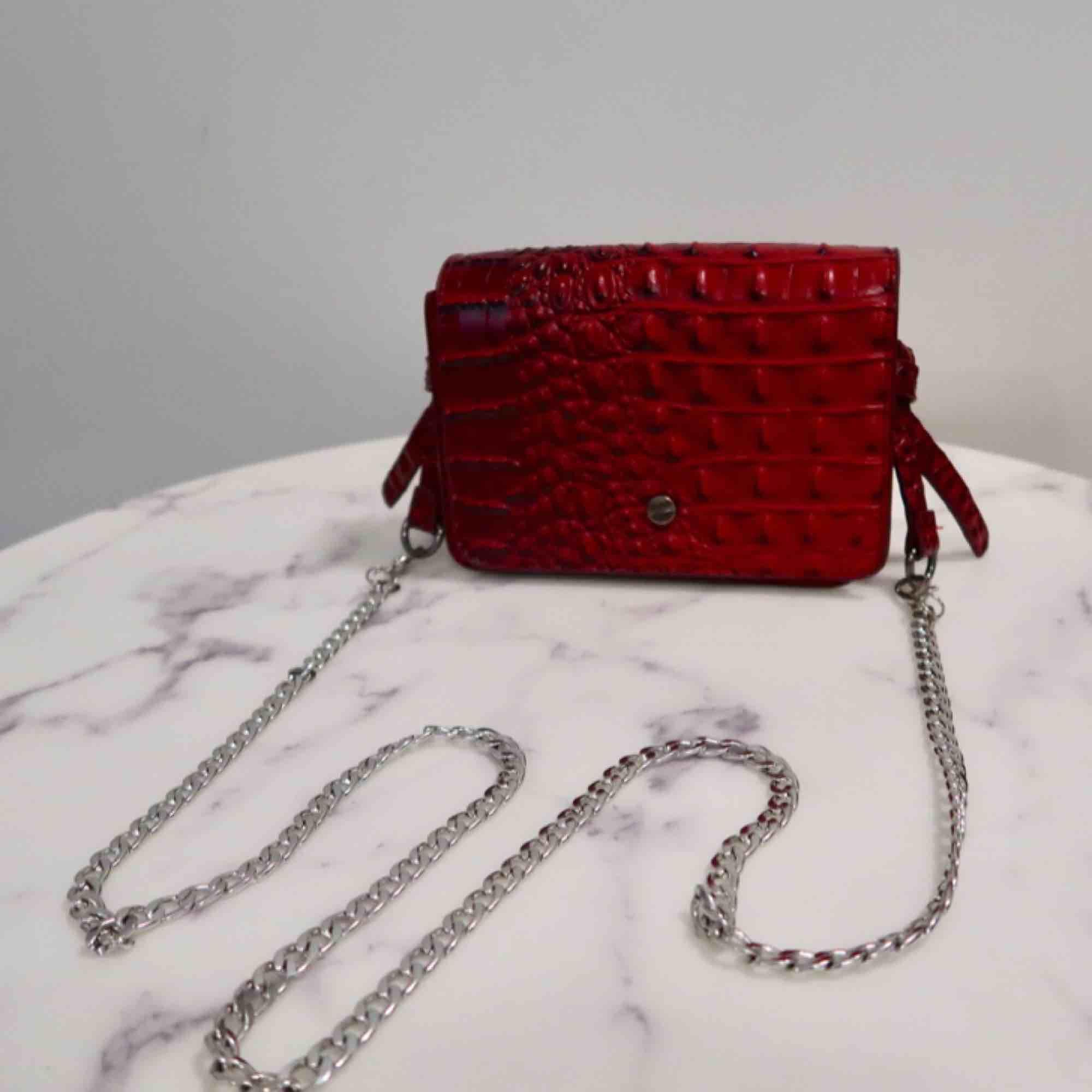 Cool röd ormskinn imitation väska! Köpt från missguided och knappt använd!!! . Accessoarer.
