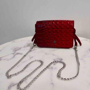 Cool röd ormskinn imitation väska! Köpt från missguided och knappt använd!!!