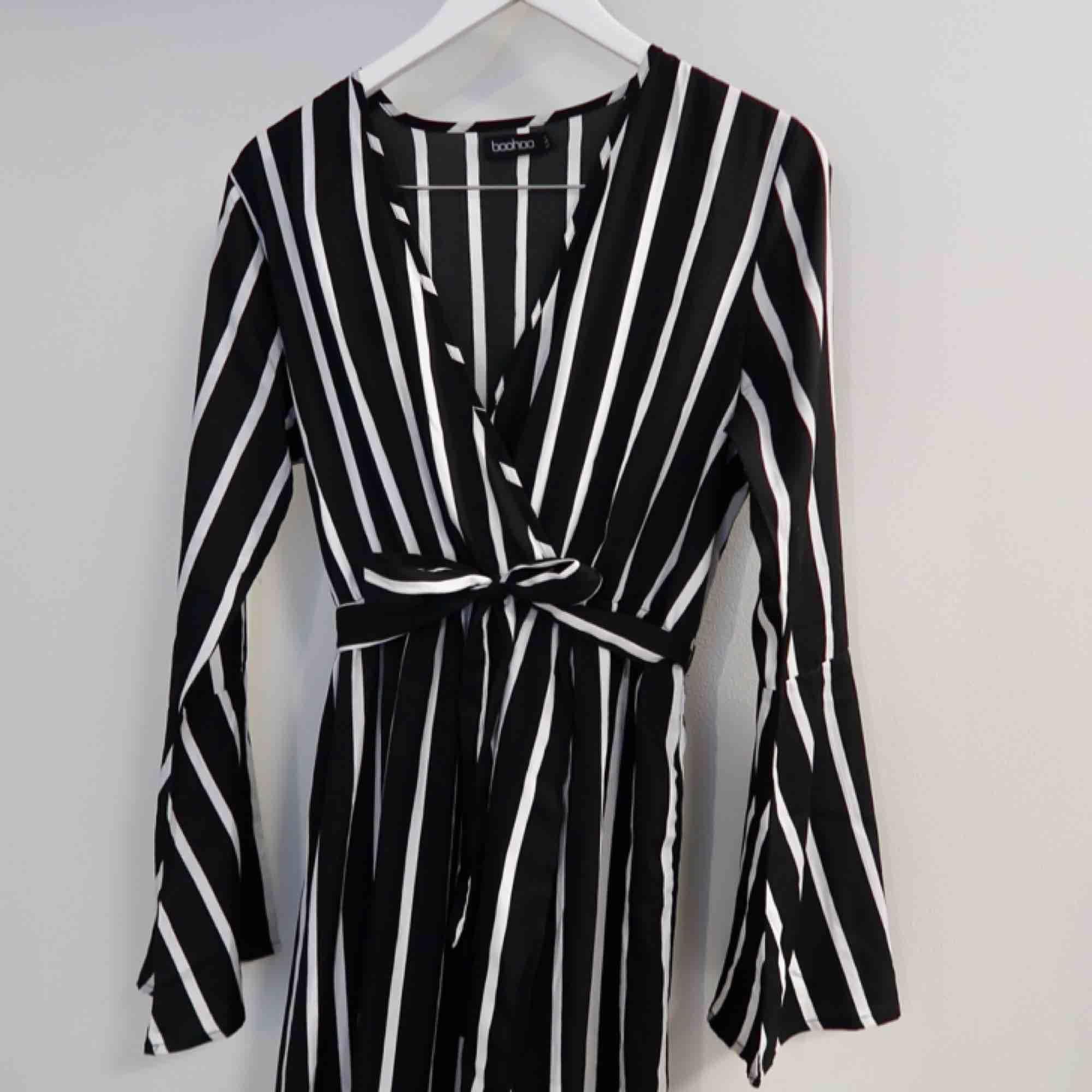 Söt långklänning från Boohoo! Utsvängda armar och band till midjan (går att ta bort)  Använd få gånger, super skick! . Klänningar.