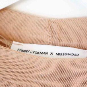 Super fin Mesh klänning i nude färg från Fanny Lyckmans Kollektion för missguided!