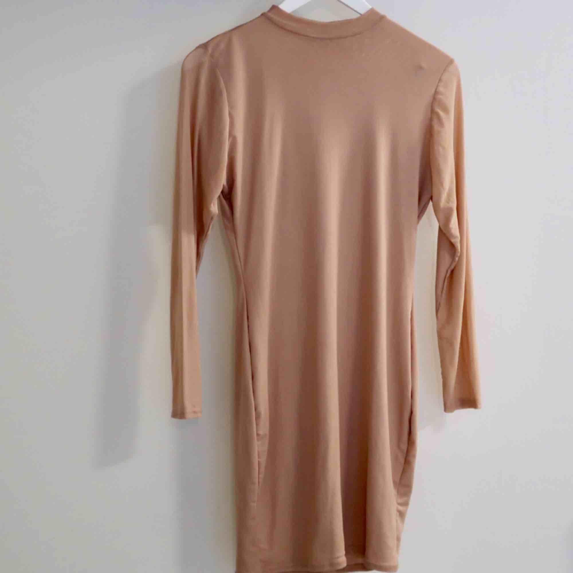 Super fin Mesh klänning i nude färg från Fanny Lyckmans Kollektion för missguided! . Klänningar.