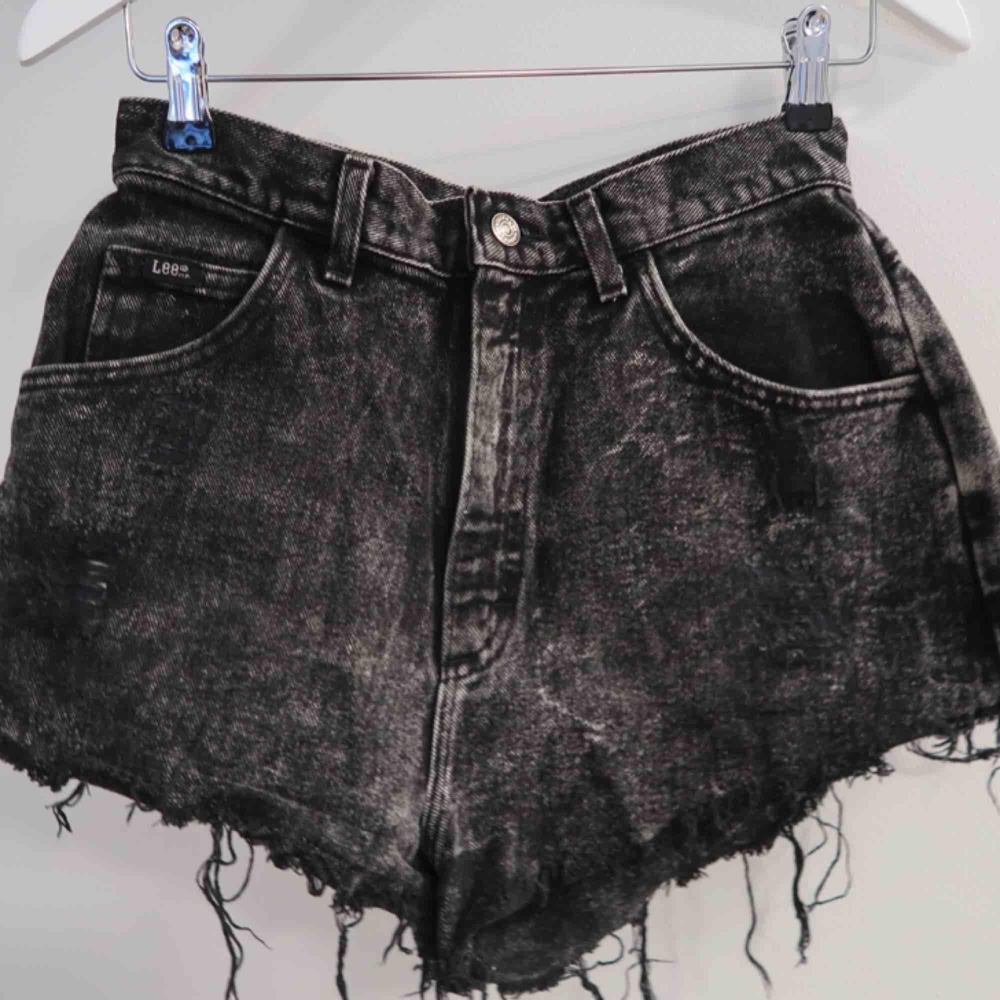 Skit snygga DYI jeans shorts från Lee!  . Shorts.