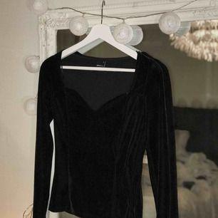 Sammets tröja inköpt på Gina för ca 1 år sen, använd 1 ggn o sedan bara hängt i garderoben. Strechig så passar även S!