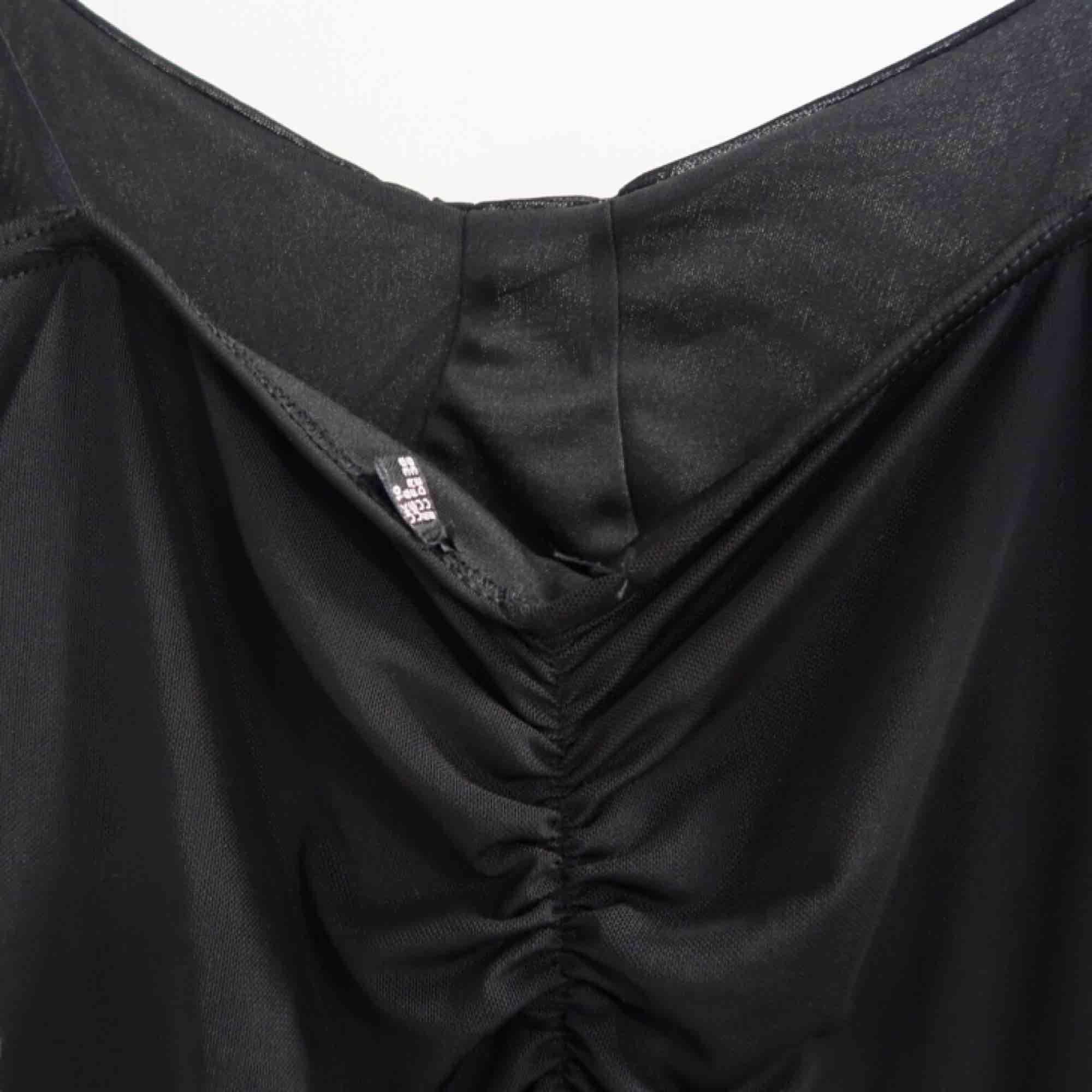 Snygg klänning från missguided i ett yttre mesh tyg och ett svart inre tyg!  Formar sig efter figuren och sitter snyggt på alla former! . Klänningar.
