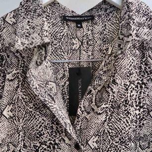 Super fin klänning med ormskinn mönster köpt från Asos!  Super tunt skönt material med två slits fram till (se bild 3) Är tyvärr lite för liten för mig och säljer därmed oanvänd!  Passar 38-40