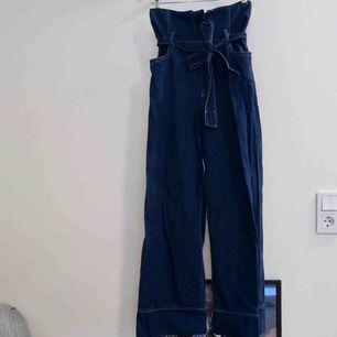 Super coola byxor från HM, väldigt höga i midjan med skärp och kontrast sömmar!  100%bomull fast ser ut som jeans!