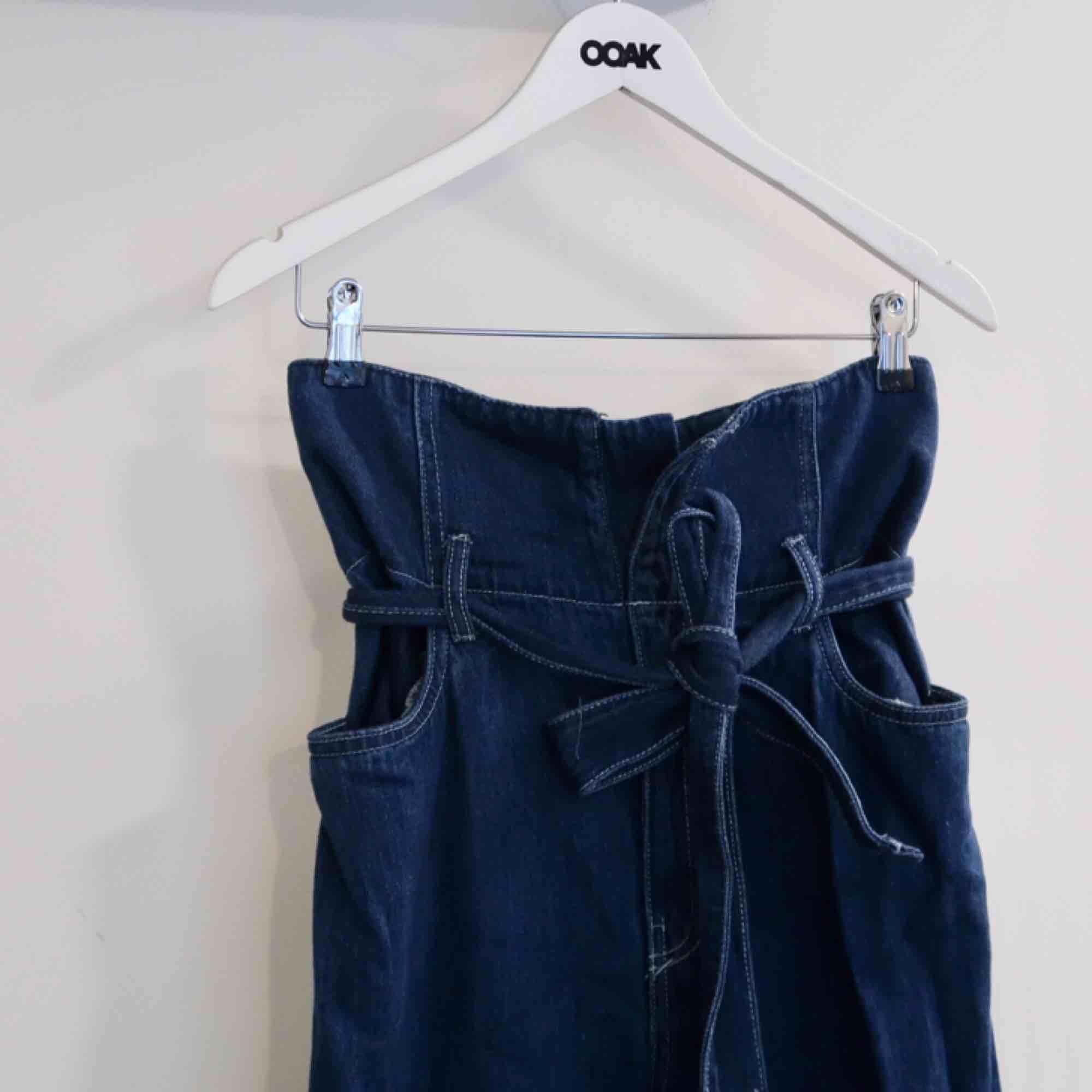 Super coola byxor från HM, väldigt höga i midjan med skärp och kontrast sömmar!  100%bomull fast ser ut som jeans!  . Jeans & Byxor.
