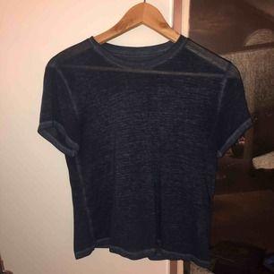Mörkblå t-shirt från abercrombie, skönt och luftigt material.