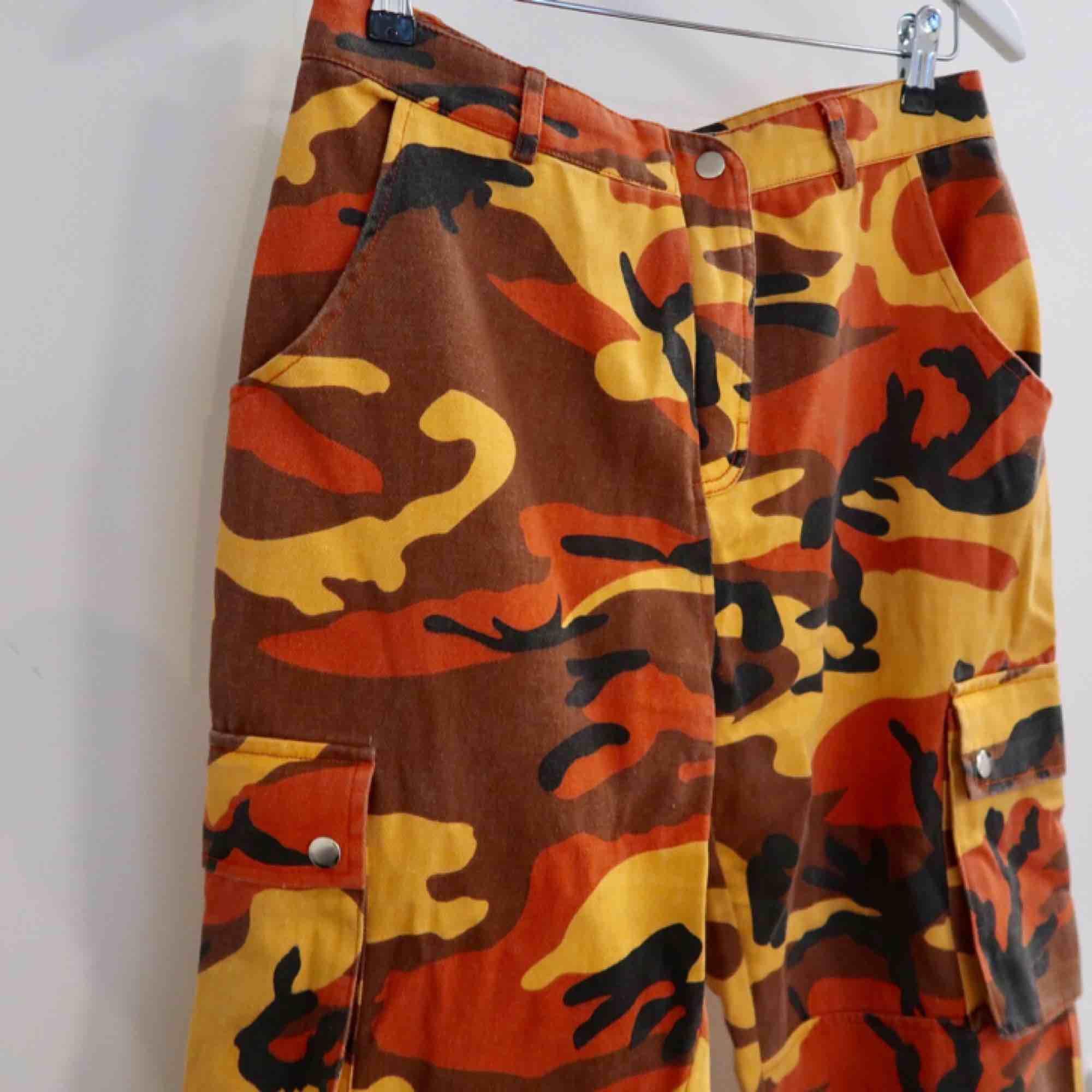 Coola Cargo Byxor i orange Camo mönster!  Köpta på missguided o knappt använda . Jeans & Byxor.
