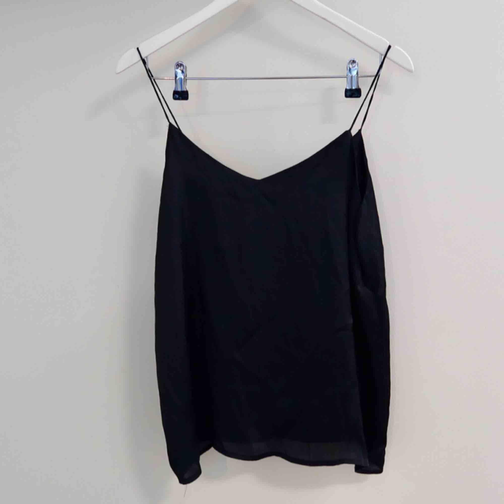 Topp från monki i ett mörkblått (nästan svart) silkes tyg . Toppar.