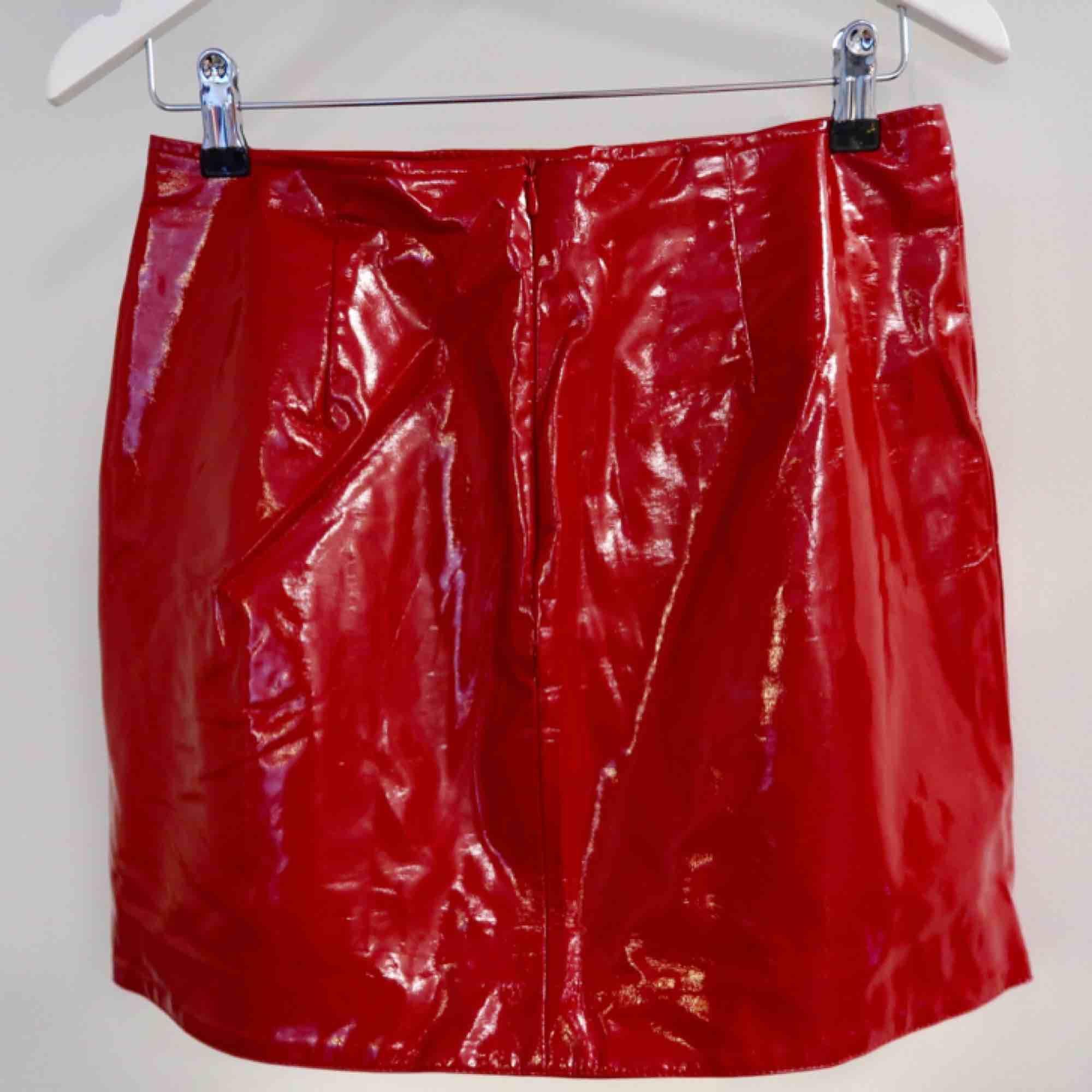 Snygg lackad kjol i röd färg!  Super snygg på (lite skrynklig på bilden hehe) . Kjolar.
