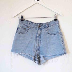Högmidjade shorts köpta secondhand i Paris  Är storlek 40 men skulle säga 38-40!