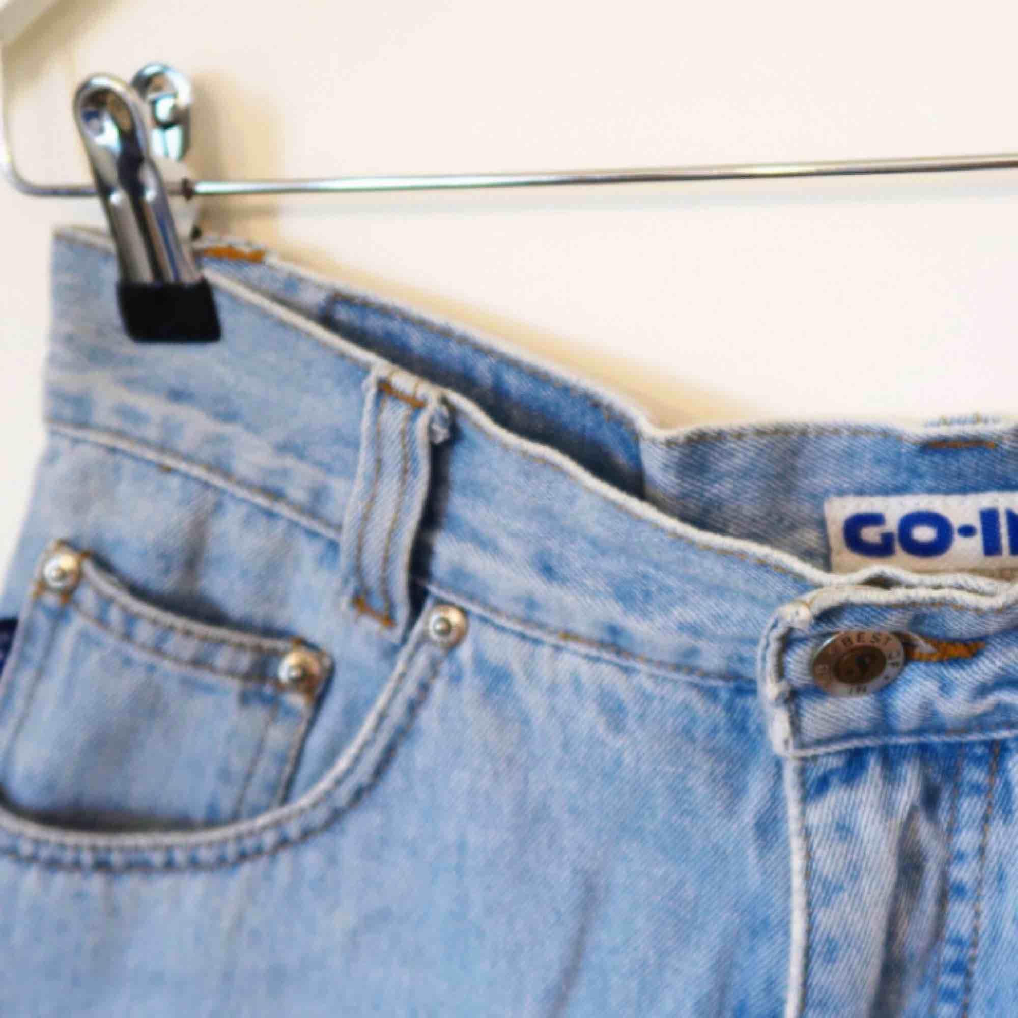 Högmidjade shorts köpta secondhand i Paris  Är storlek 40 men skulle säga 38-40!. Shorts.