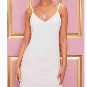Vit klänning från prettylittlething, aldrig använd!