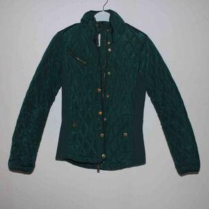 Populär smaragdgrön jacka från Holly&White!  Använd 2 ggr som ny!  Sitter som skräddarsydd! Passar även en normal S