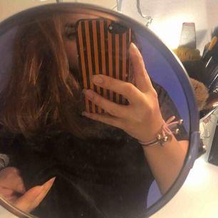 En snygg svart sammetströja från indiska, sällan använd. I storlek L men liten i storleken och sitter bra på mig som är en s-m. Möts bara upp