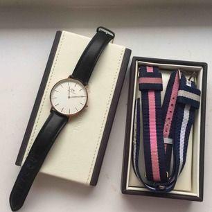 Daniel Wellington klocka köpt i MOOD-gallerian. Kommer med läderband och två extra tygband i blått/vitt samt rosa/blått. Dam-modellen (36mm) i roséguld. Batteriet behöver bytas. Äkta (gåva) därav inget kvitto⏱ hämtas hos mig eller fraktas med PostNord.